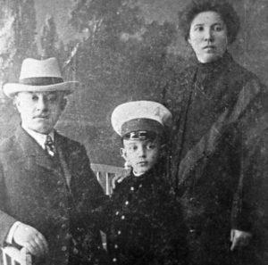 М.Шолохов с родителями